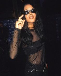Aaliyah in New York September 1999 Aaliyah Outfits, Aaliyah Style, Vintage Black Glamour, Look Vintage, 2000s Fashion, Hip Hop Fashion, Rihanna, Beyonce, Aaliyah Pictures