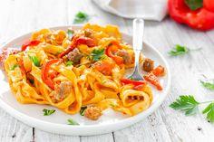 Uno dei miei piatti preferiti, semplice e gustoso, laPasta con peperoni e salsiccia è un primo piatto davvero facile e di grande confort! La si può personalizzare come si desidera, io vi riporto la mia ricetta piuttosto base. Pasta, Grande, Spaghetti, Ethnic Recipes, Food, Meals, Essen, Yemek, Noodle