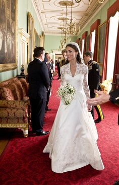 Kate arrivals at Buckingham Palace after her wedding to greet her guests. (AFP photo)
