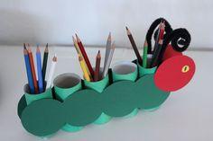 Stiftehalter basteln aus Klopapierrollen - die kleine Raupe Nimmersatt - Basteln mit Kindern - wir zeigen die eine Anleitung wie du schon mit Kindern ab 1 Jahr mit Klorrollen einen Stiftehalter basteln kannst #basteln #klopapierrollen
