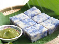 Pulut Tai Tai or Blue Glutinous Rice Cake is a Nyonya Kueh served with Kaya (Coconut & Egg Jam) Asian Snacks, Asian Desserts, Sweet Desserts, Dessert Recipes, Rice Recipes, Chinese Desserts, Chinese Food, Dessert Ideas, Asian Recipes