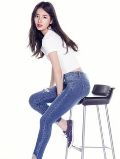 Suzy shows you don't need fancy clothes to be stunning with 'Guess' Bae Suzy, Korean Women, Korean Girl, Miss A Suzy, Foto Pose, Fashion Poses, Jeans Skinny, Korean Celebrities, Guess Jeans