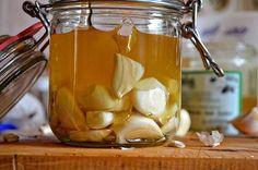 Czosnek z miodem to składniki, które wydawałoby się, że nie nadają się do połączenia z sobą. Nic bardziej mylnego! Połączenie tych dwóch składników w jedną Healthy Drinks, Healthy Recipes, Healthy Food, Crockpot, Reduce Cholesterol, Polish Recipes, Vegan, Home Remedies, Pickles
