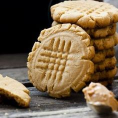 Fields is known for baking the best treats, but you can make the same cookies without turning on an oven! These mouth-watering peanut butter cookies are ready in minutes. Almond Butter Cookie Recipe, Almond Butter Snacks, Low Carb Peanut Butter, Almond Cookies, Butter Recipe, Sugar Free Peanut Butter Cookies, Keto Cookies, Cookies Et Biscuits, 100 Cookies Recipe