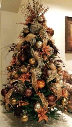 Christmas decoration with trendy colors 2019 - 2020 Orange Christmas Tree, Elegant Christmas Trees, Christmas Swags, Christmas Tree Design, Christmas Tree Themes, Outdoor Christmas Decorations, Holiday Tree, Christmas Holidays, Christmas Colors