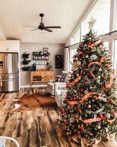 Fall Christmas Tree, Elegant Christmas Trees, Christmas Feeling, Colorful Christmas Tree, Christmas Room, Country Christmas, Christmas Tree Decorations, Cute Christmas Wallpaper, Christmas Aesthetic