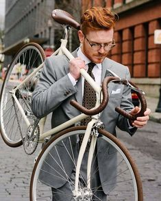 ugh, perfectly coordinated and eco friendly. Hot Ginger Men, Ginger Guys, Red Head Boy, Ginger Head, Fashion Mode, Bike Fashion, Sharp Dressed Man, Attractive Men, Shades Of Red