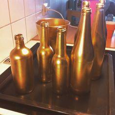 Glas flaskor med guld färgad av guld burk