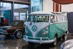 Exposición de coches clásicos en Schuppen 1, edificio que simboliza la recuperación urbanística de la zona industrial de Überseestadt, en Bremen.