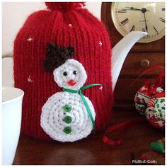 Free knitting pattern for a festive tea cosy.