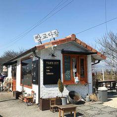 쌍교다방 Bread Shop, Black Rooms, Architectural Photography, Store Fronts, Kid Spaces, Restaurant Design, South Korea, Coffee Shop, Buildings