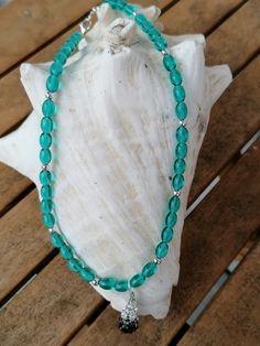 """Ovale, türkisfarbene Glasperlen zieren diese 40cm lange Mädchen Perlenhalskette """"Emilia"""".  Dazwischen wurden silberfarbene Acrylperlen eingesetzt, der Anhänger besteht aus einer tropfenförmigen Strassperle mit weissen, grauen und schwarzen Steinen. Ein glitzerndes Unikat für eine kleine Dame. Turquoise Necklace, Beaded Necklace, Jewelry, Fashion, Glass Beads, Little Miss, String Of Pearls, Pearl Jewelry, Silver"""
