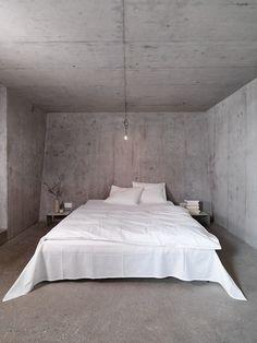 Interior decor with concrete - bedroom Concrete Bedroom, Concrete Interiors, Concrete Walls, Home Bedroom, Diy Bedroom Decor, Home Decor, Bedrooms, Industrial Bedroom Design, Warehouse Living