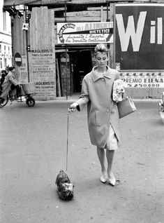 The actress Audrey Hepburn photographed with Mr. Famous (her Yorkshire Terrier) by Elio Sorciafter her shopping at a drugstore in Rome (Italy), on March 18, 1961.Audrey was wearing:Coat: Givenchy (of beige wool, single-breasted with two buttons of resin in the same color, collar à revers and sleeves with height above the wrists, detail of two pockets, seams overstitched, the model presents a shape more wide in a straight line, length at the knees, liner of silk taffeta, of his…