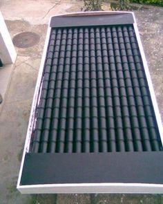 Это невероятно простой и недорогой солнечный коллектор для дополнительного отопления дома, который нагревает воздух напрямую. Самое интересное, что солнечная панель почти полностью выполнена из пустых алюминиевых банок! Корпус для солнечного коллектора выполнен из дерева (фанера 15 мм), а его передняя панель — из Оргстекла / Поликарбоната (вы можете также использовать обычное стекло), толщиной 3 мм. На задней части корпуса установлена