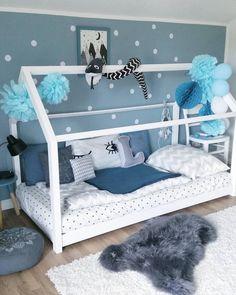 Kinderzimmer-Träume werden wahr. Mit diesem süßen Hausbett in sanften blau und weiss Tönen lässt es sich wunderbar toben und spielen. Ein kuschliges Fell davor und fertig ist die gemütliche Kinderecke! // kinderzimmer kidsroom kinderzimmerdeko nordic skandinavisch hausbett Lammfell Fell Fellteppich  @sinas_home