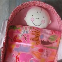 Puppen-Tragetasche Schnittmuster für eine Puppen-Tragetasche Sewing Crafts, Sewing Projects, Projects To Try, Baby Toys, Kids Toys, Baby Doll Bed, Doll Carrier, Couture Sewing, Soft Dolls