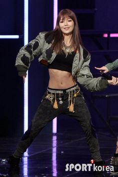 really like the belt-thingy also the idea of low-waist, loose pants in combination with a fitted crop-top is great <3