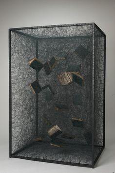 L'artiste plasticienne japonaise Chiharu Shiota ( déjà ici ) réalise des sculptures et des installations dans lesquelles des pièces et des objets sont dévorés par des toiles de fils noirs qui semblent tout envahir.