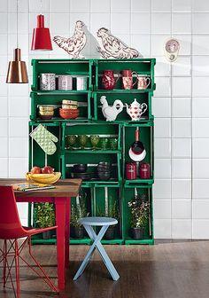 Utilizados nas feiras livres e nos mercados municipais, os caixotes carregam, além de laranja, pepino e tomate, um estupendo potencial decorativo. Pintados de verde, eles viraram uma estante na cozinha. Produção de Camile Comandini