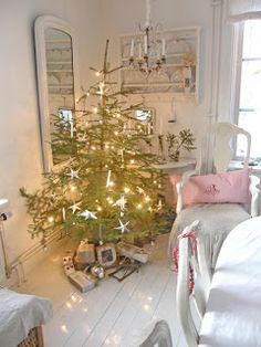 Christmas//  I LOVE this white room!!!