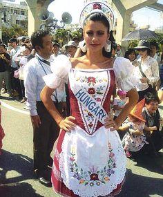 Çok güzel :) Hungarian Women, Folklore, Stitch Head, Popular Costumes, Hungarian Embroidery, Hungarian Tattoo, Chain Stitch Embroidery, Embroidery Patterns, Braided Line
