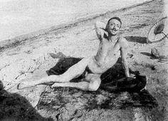 Gabriele D'Annunzio in tenuta adamitica sulla spiaggia. Foto scattata dal pittore Francesco Paolo Michetti nel settembre 1888.