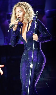 Beyonce looking fit & fiercely in shape Beyonce Style, Beyonce And Jay, Beyonce Knowles, Black Celebrities, Celebs, Beyonce Performance, Divas, Sequins, Rolodex
