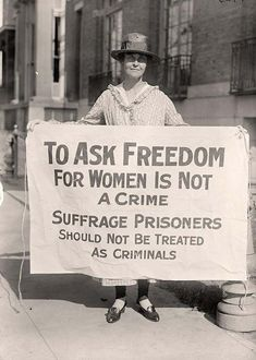 """Mujeres cambiaron la historia: Un activista del sufragio femenino en protesta después de """"La Noche del Terror."""" [1917]."""