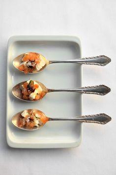 bereiden:Laat de fetakaas uitlekken. Snijd in kleine blokjes.Pel de tomaat en haal de zaadjes eruit. Snijd in kleine blokjes.Meng feta en tomaat met olijfolie, zwarte peper en grof zeezout.serveren:Serveer in een lepel of klein schaaltje met fijngesnipperde munt.