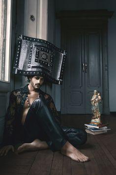 Head sculpture designer : Giuseppe Fata outfit: Anton Giulio Grande Photographer: Paco Di Canto stylist: Gabriella Ferrazzano Jewelry: GERARDO SACCO MUA: Maria Rescigno Model: Antonio Patamia
