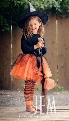 Love this Halloween costume for a girl: orange tutu and legging, black t-shirt and witch hat. She can wear the legging/shirt/tutu all the time, she will use the hat while she plays, nothing for just one time use, love it! Halloween Infantil, Halloween Kostüm, Holidays Halloween, Halloween Costumes For Kids, Halloween Makeup, Vintage Halloween, Google Halloween, Halloween College, Halloween Clothes