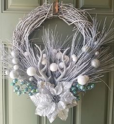 32 Creative DIY Christmas Tree Ideas for a Unique Holiday Season - The Trending House Pallet Christmas, Diy Christmas Tree, Silver Christmas, Christmas Decorations, White Christmas Wreaths, Christmas Poinsettia, Burlap Christmas, Primitive Christmas, Country Christmas