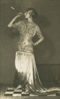 Peggy Guggenheim by Man Ray 1925 wearing a Paul Poiret gown--Ladies with Cigarettes Peggy Guggenheim, Paul Poiret, Max Ernst, Elsa Peretti, Carolina Herrera, Man Ray Photographie, Art Deco Fashion, Vintage Fashion, Karl Lagerfeld