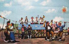 """Las imágenes del artista argentino  Florencio Molina Campos (1891 - 1959) son inolvidables porque saben plasmar con absoluto rigor,  pero también con un extraño desparpajo, ese mundo de hombres a caballo - los gauchos-, en su vida cotidiana. Grandes espacios, cielos, hombres y caballos. La Pampa vista con una peculiar mirada ,casi ingenua, o  """"naif""""; pero nunca superficial sino llena de fuerza y expresión."""