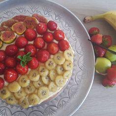 What about a summer pie with strawberries figs bananas and vanilla? So easy and #yummy. The recipe is on my blog (link in my bio ) Let me know if you like it  Au programme aujourd'hui une recette de saison: tarte aux fruits et à la vanille. Vous pouvez retrouver la recette sur mon blog (lien dans ma bio ). N'hésitez pas à me dire ce que vous en pensez.  Hoy he publicado la receta de mi tarta de frutas con vanilla en mi blog (link in my bio ) Oggi ho meso la ricetta di la mia crostata di…