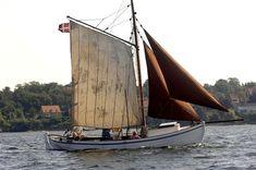 Båden er bygget i Frederikssund mellem 1904-08, den har været brugt som ålekvase. Bådens nr. var KR 395. Den er klinkbygget og fører storsejl, topsejl, fok og klyver.