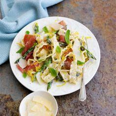 Rachel Allen's pasta with grilled asparagus and parma hamredmagazine Prosciutto Recipes, Pesto Pasta Recipes, Lasagne Recipes, Spinach Recipes, Smoked Ham Recipe, Creamy Pasta Bake, Summer Pasta Dishes, Perfect Pasta Recipe, Butter Pasta