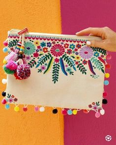 Nothing says Cinco de Mayo like an embroidered pom-pom clutch 💃🎉😍 Viva La! I've rounded up 16 FAVORITES that are all fun, bright, and… Embroidery Bags, Embroidery Stitches, Embroidery Patterns, Mexican Embroidery, Embroidery Fashion, Pom Poms, Pom Pom Clutch, Diy Love, Handmade Bags