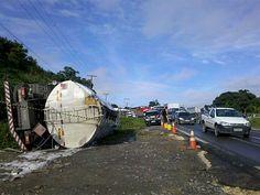 Caminhão carregado de combustível tomba na BR-101, no Recife  Acidente foi perto da entrada do Ibura, no sentido Prazeres-CDU.  Bombeiros foram encaminhados ao local para conter possível incêndio.  Um caminhão tombou na BR-101 Sul, próximo à entrada do bairro do Ibura, no Recife, na manhã desta terça-feira (17). De acordo com a Polícia Rodoviária Federal (PRF), o acidente foi por volta das 5h, no sentido Prazeres-CDU, no km 77,3. Uma das faixas da rodovia ficou interditada, mas o tráfego…