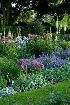 Ein Landgarten in England Sequin Gardens Garden Border Plants, Garden Borders, Flowers Garden, Peonies Garden, Amazing Gardens, Beautiful Gardens, The Secret Garden, English Country Gardens, Garden Cottage