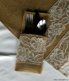 Burlap wedding decorations: table runner and silverware holder. Burlap Projects, Burlap Crafts, Diy And Crafts, Sewing Projects, Burlap Silverware Holder, Cutlery Holder, Party Deco, Burlap Wedding Decorations, Woodlands Cottage