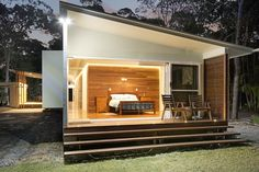 A home near Noosa is designed for the area's sub-tropical climate and to maximise the owner's enjoyment of the bush setting. Modern Tropical House, Tropical House Design, Small Modern Home, Tropical Houses, Tropical Architecture, Sustainable Architecture, Modern Architecture, Small Beach Houses, Bungalow House Design