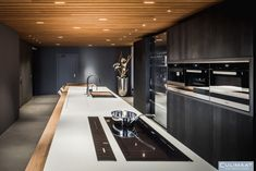Showroom keuken: Model Ligna - Culimaat – High End Kitchens Luxury Kitchens, Showroom, Conference Room, Table, South Island, Model, Furniture, Home Decor, Kitchens