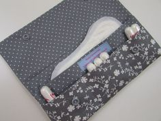 This case must be easy in every hand and every sports bag simple yet romantic p bag case easy hand romantic simple sports Sewing Hacks, Sewing Tutorials, Sewing Crafts, Sewing Projects, Sewing Patterns, Best Purses, Cloth Pads, Diy Couture, Diy Arts And Crafts