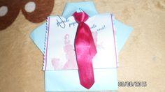 Lembrancinha do dia dos pais. Pesquisei na NET. Fizemos a camisa de dobradura, a pintura   das mãos e a gravata de fita. Ficou linda. Outras professoras fizeram mais fofas ainda. Meu marido recebeu de minha neta com Síndrome de Down, que é minha aluna também, e se emocionou com a mão dela no cartão. Mariah fez uma para o pai, é óbvio. Estou amando a turma de 3 anos. Os ''príncipes e princesas da professora Deise''.