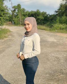 "wardinasafiah on Instagram: ""tipulah tak pandang rupa . kau pilih kasut pun nak yang lawa . kasut nak pakai kat kaki apatah lagi yang nak letak kat hati . hek eleh ."" Beautiful Arab Women, Beautiful Hijab, Beautiful Asian Girls, Muslim Girls, Muslim Women, Hijab Moda, Hijab Fashionista, Islamic Girl, Indonesian Girls"