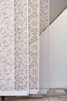 Divisão sutil: fixados na parede ou no teto, estandartes de pano separam espaços                                                                                                                                                                                 Mais
