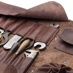 Im Gegensatz zu den meisten Werkzeugkästen, präsentiert sich das Werkzeug in diesem 1,3 m langen Lederstück übersichtlich und sortiert. Als Vorbild für diese traditionelle Art der Werkzeugaufbewahr…