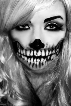 Halloween-inspired makeup is on now! Check our recommendation on scary makeup ideas for you to look too real here. Halloween Queen, Halloween Make, Halloween 2015, Halloween Costumes, Halloween Face Makeup, Halloween Ideas, Couple Costumes, Creepy Halloween, Halloween Decorations